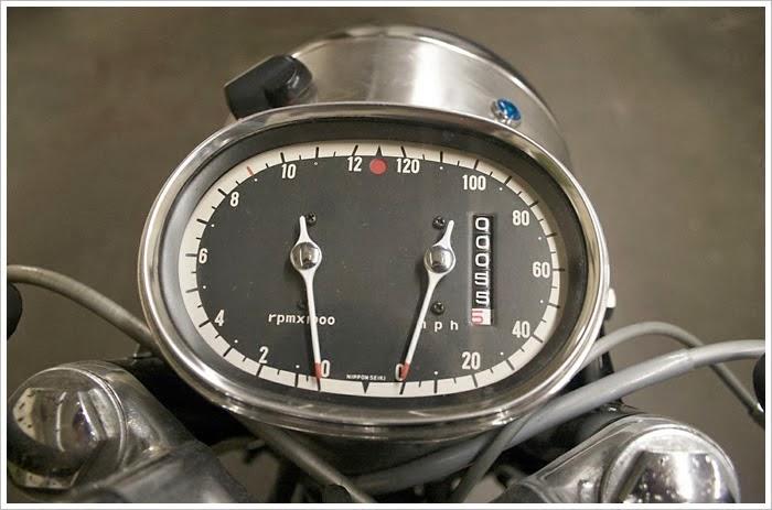 Detall de compta-kilòmetres i compta-revolucions de la moto.