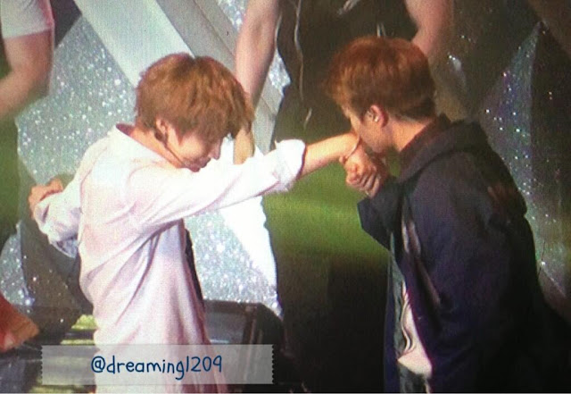 2min shinee minho kissing taemin's hand 5th anniv. party