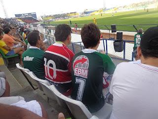 Torcedor do Santa Cruz junto com icasianos contra o Sport.