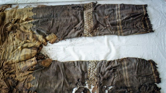 Посмотрите на узоры. Это же обычный тюркский орнамент, распространенный повсюду в Тюркском мире - от Якутии до Турции; и дошедший до наших дней на старинных коврах и древних строениях