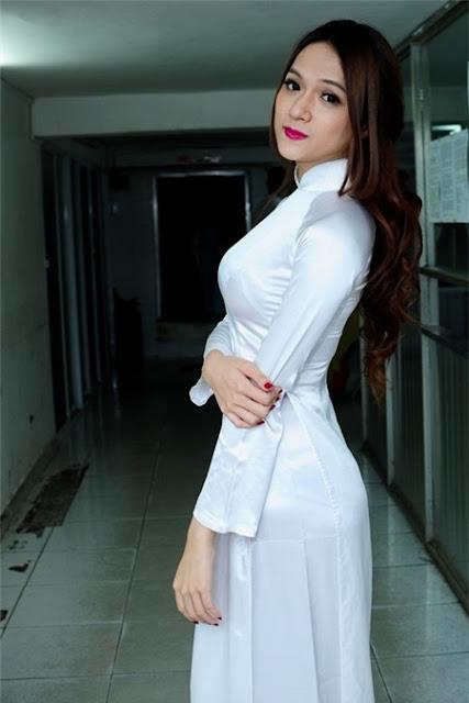 Nữ sinh với áo dài mỏng nhìn rõ đồ lót 16