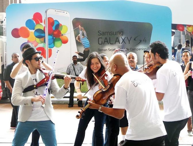 Performances, music and cheery faces at the launch of Samsung Galaxy S4