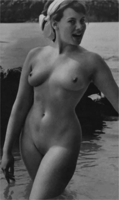 Caroline Munro  nackt