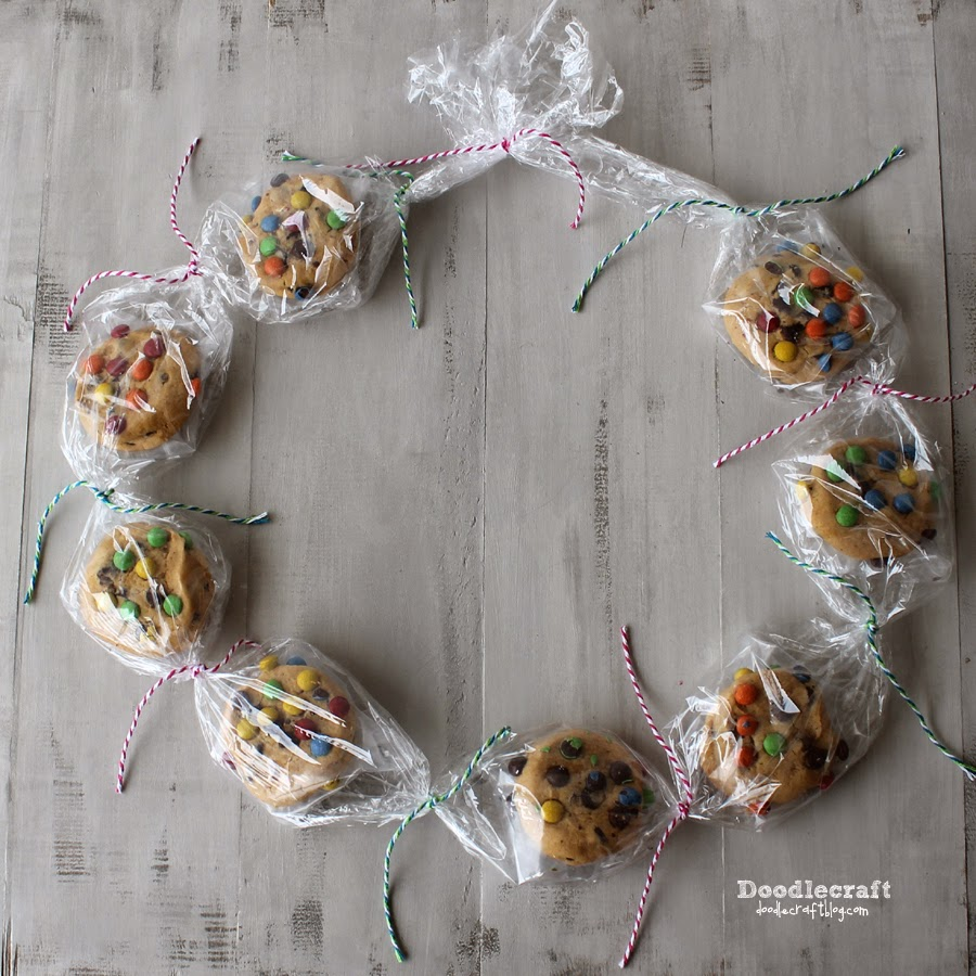 http://www.doodlecraftblog.com/2014/08/cookie-lei-necklace.html