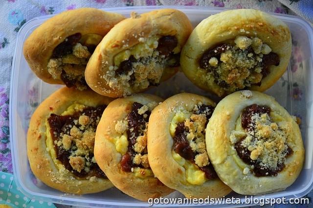 Drożdżówki z karmelizowanym rabarbarem i imbirową kruszonką