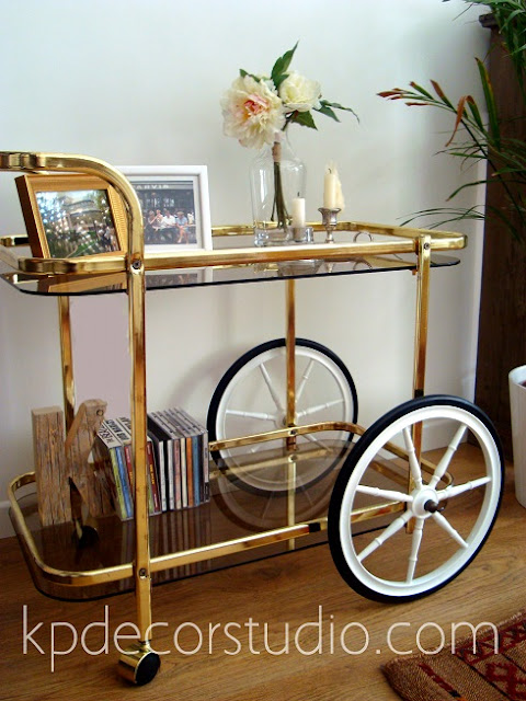 Mesas de latón. Camareras y muebles minibar antiguas.