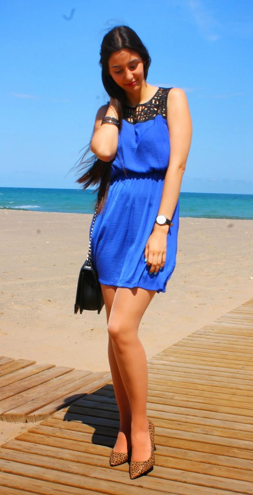Vestido azul con zapatos cafes