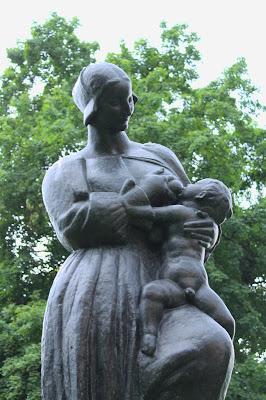 Majka doji dijete - Ivan Meštrović