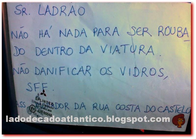 imagem de um bilhete ao um ladrão colocado pelo lado de dentro do vidro da janela de um carro estacionado à rua Costa do Castelo, Lisboa, Portugal