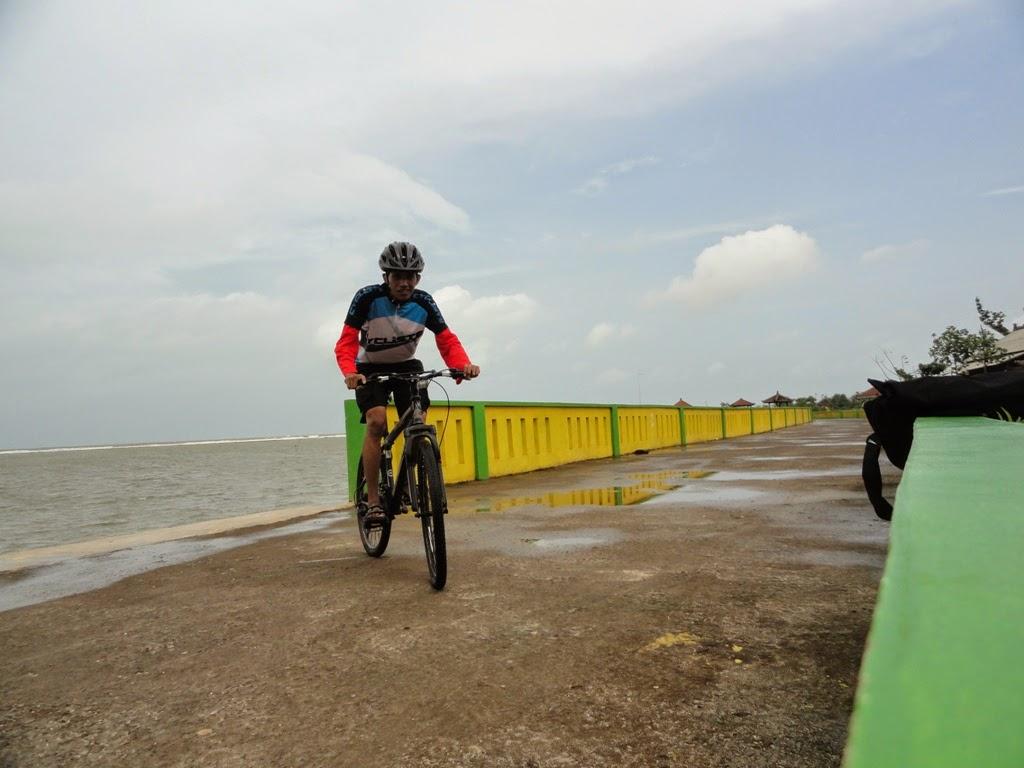 Berpose dulu dengan sepeda di Pantai Pungkruk