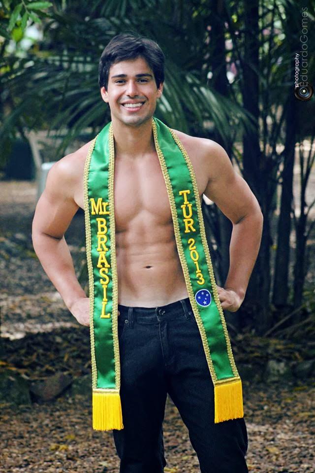 Sem camisa, Mauro Emiliano posa com a faixa de Mister Tur Brasil 2013