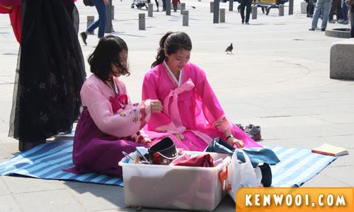 korean girls in traditional hanbok