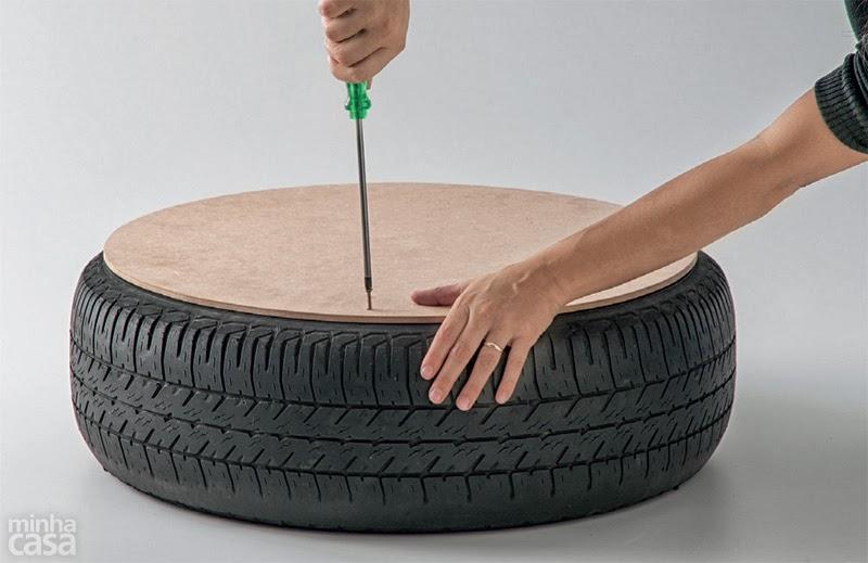 تثبيت القطعة الخشبية بإطار عجلة السيارة باستخدام البراغي و مفك البراغي