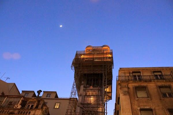 elevador de santa justa lisboa de noche