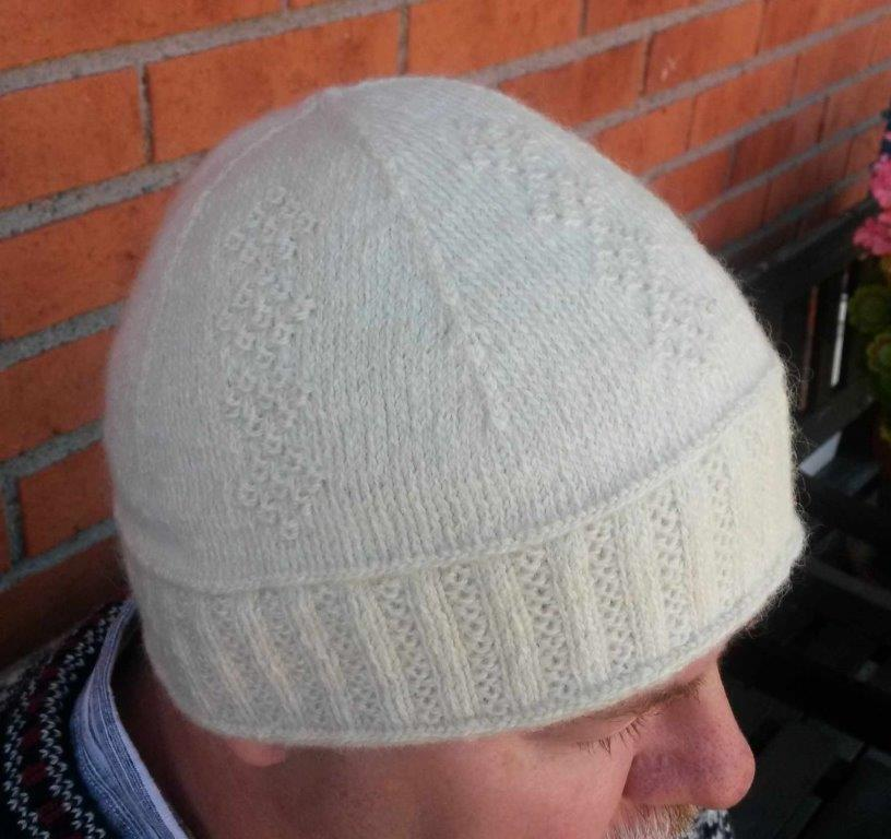 Lappone: White hat in twined knitting