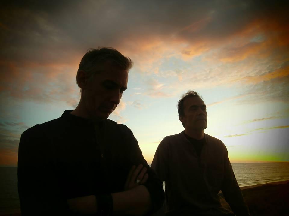 """""""Alco Frisbass"""" é um prog projeto francês idealizado por dois multi-instrumentista, """"Fabrice Chfab Chouette"""" ( teclado, guitarra, percussão...) e """"Patrick Paskinel Dufour"""" (piano fender rhodes, teclado, programação de bateria, percussão de efeito...), seu som é um RIO/avant-prog, canterbury, jazz rock fusion. Em 31 de janeiro de 2015 lançaram seu único álbum, um auto-intitulado que foi gravado em 2013 e 2014 na casa dos membros, nas cidades de Rennes e Paris. Alem dos fundadores citados, o álbum contou com a participação especial de """"Thierry Payssan"""" (que tocou mellotron no final da musica """"Judith coupeuse de tete""""), """"Jacob Holm Lupo"""" (que tocou guitarra nas musicas """"La suspension ethéréenne"""" e """"Judith coupeuse de tete"""") e """"Archimede De Martini"""" (que fez solos de violino nas musicas """"La suspension ethéréenne"""", """"Pas a pas"""", """"Escamotage""""). O nome """"Alco frisbass"""" foi inspirado em """"Georges Méliès"""", que era um mágico e """"Alcofrisbas"""" era um de seus nomes artísticos. Ótimo prog instrumental com excelentes arranjos de teclados, recomendo."""