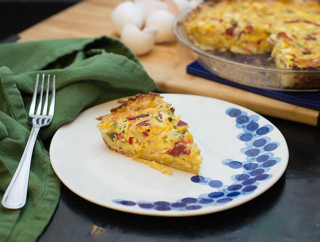 tarte salée sans gluten au courgette, oignon rouge, bacon, fromag