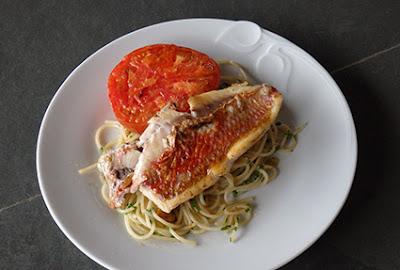 Salmonetes con espaguetis y tomate