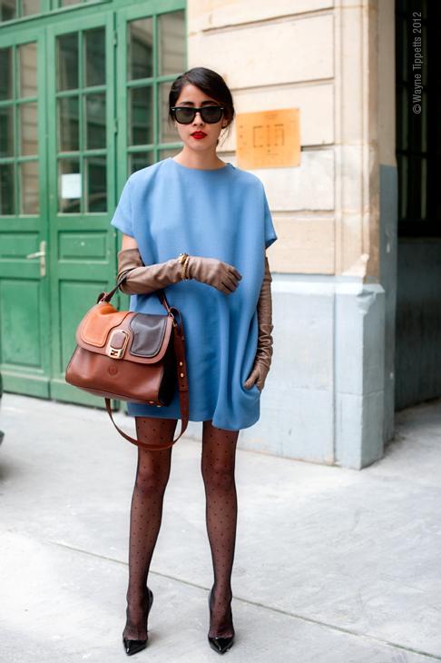 Vestido azul con mallas negras