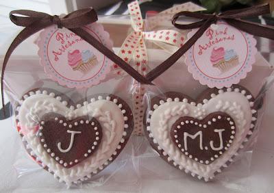 Galletas aniversario de chocolate decoradas con glasa blanca