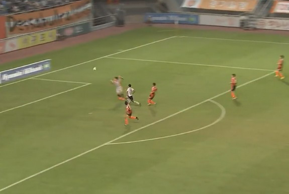 Jeju goalkeeper Park Jun-Hyuk concedes a freak goal from Incheon counterpart Kwon Jung-Hyuk