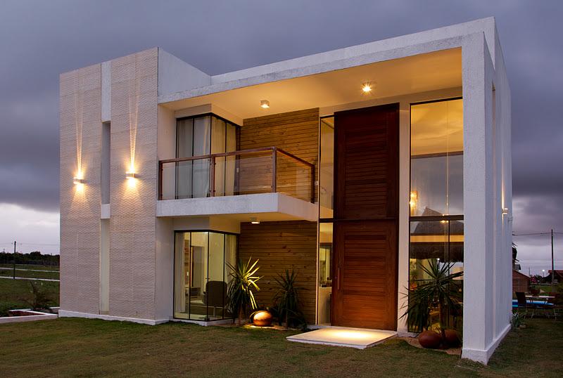 15 fachadas de casas com portas de entrada pain is altas for Casas medianas modernas