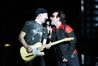 Bono e The Edge cantando num show do U2