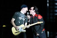 Bono e The Edge cantando num show do U2