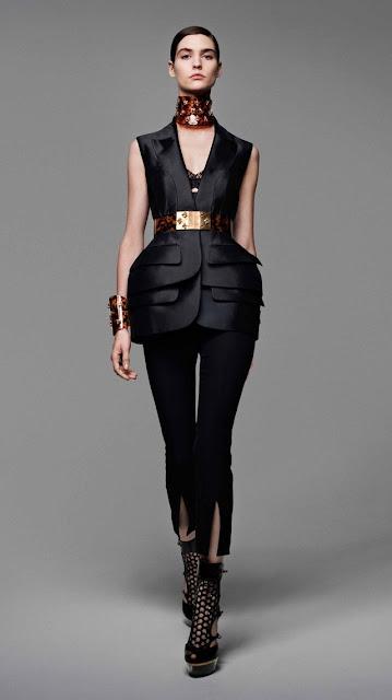 Alexander McQueen, se inspira en la miel y las abejas,  para vestir a una mujer femenina y muy sensual, esta es la propuestas de  primavera verano 2013 4