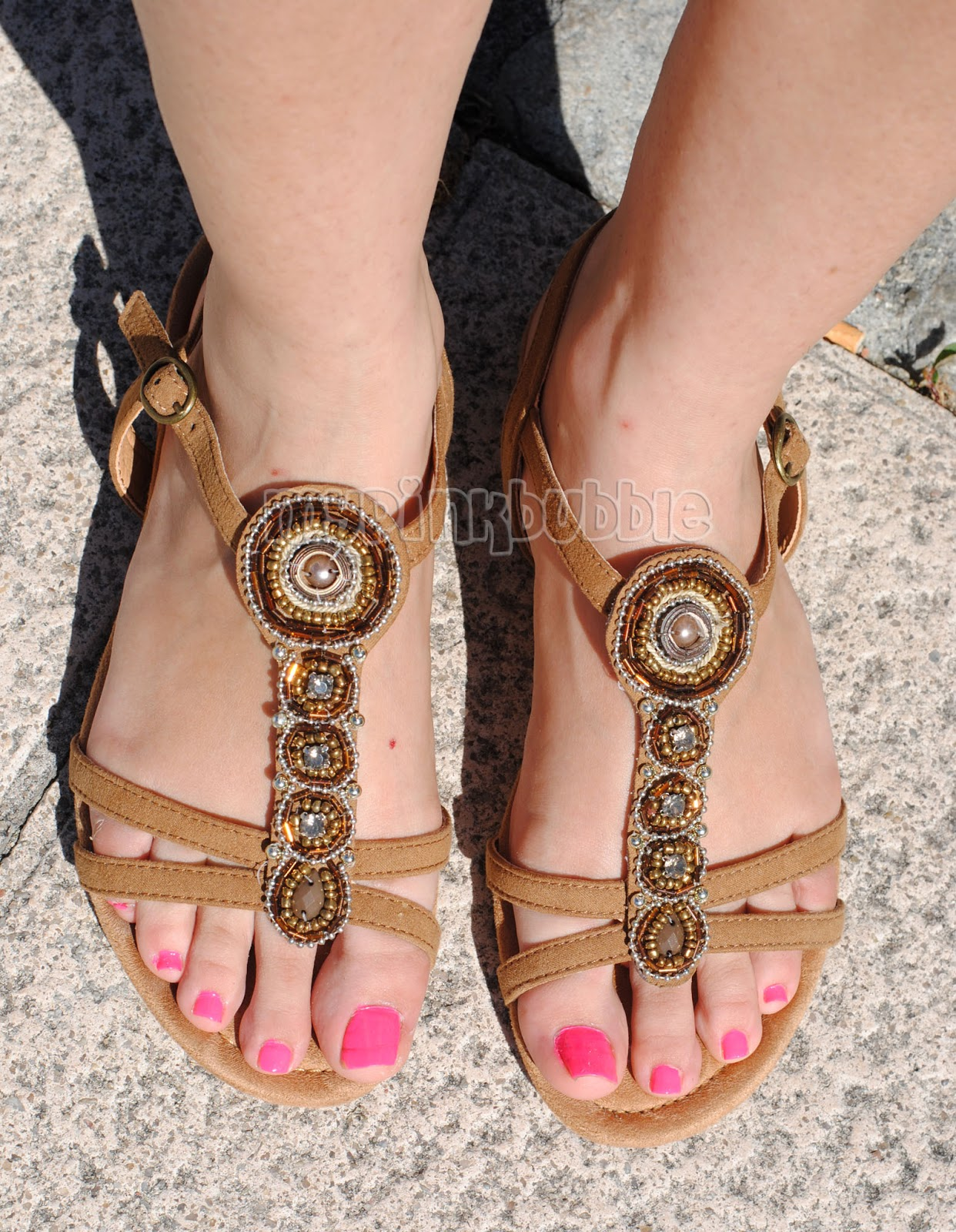 sandalias marrones abalorios