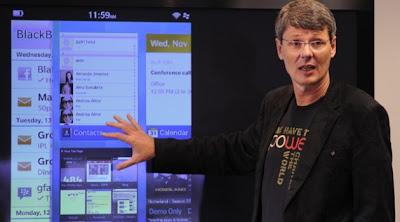 """En una entrevista con CNET, El día de hoy el CEO de BlackBerry Thorsten Heins dice que está """"muy emocionado"""": otro smartphone insignia que puede llegar durante las vacaciones. """"Hay un nuevo producto y estoy muy entusiasmado, pero no puedo compartirlo"""", dijo Heins a CNET en una entrevista hoy. Heins confirmó que la empresa tendría un dispositivo midtier a finales de este año, y otro """"emocionante"""" dispositivo para las vacaciones, aunque no estaba 100 por ciento seguro de que sería llegaría a fines de año. Él dijo que habría de tres a cuatro dispositivos BlackBerry 10 este año fiscal. Lo"""