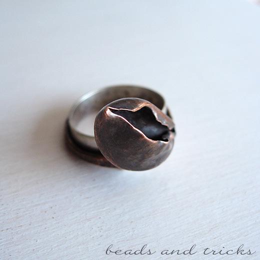 Anello a forma di fiore in rame forgiato a mano e argento 800