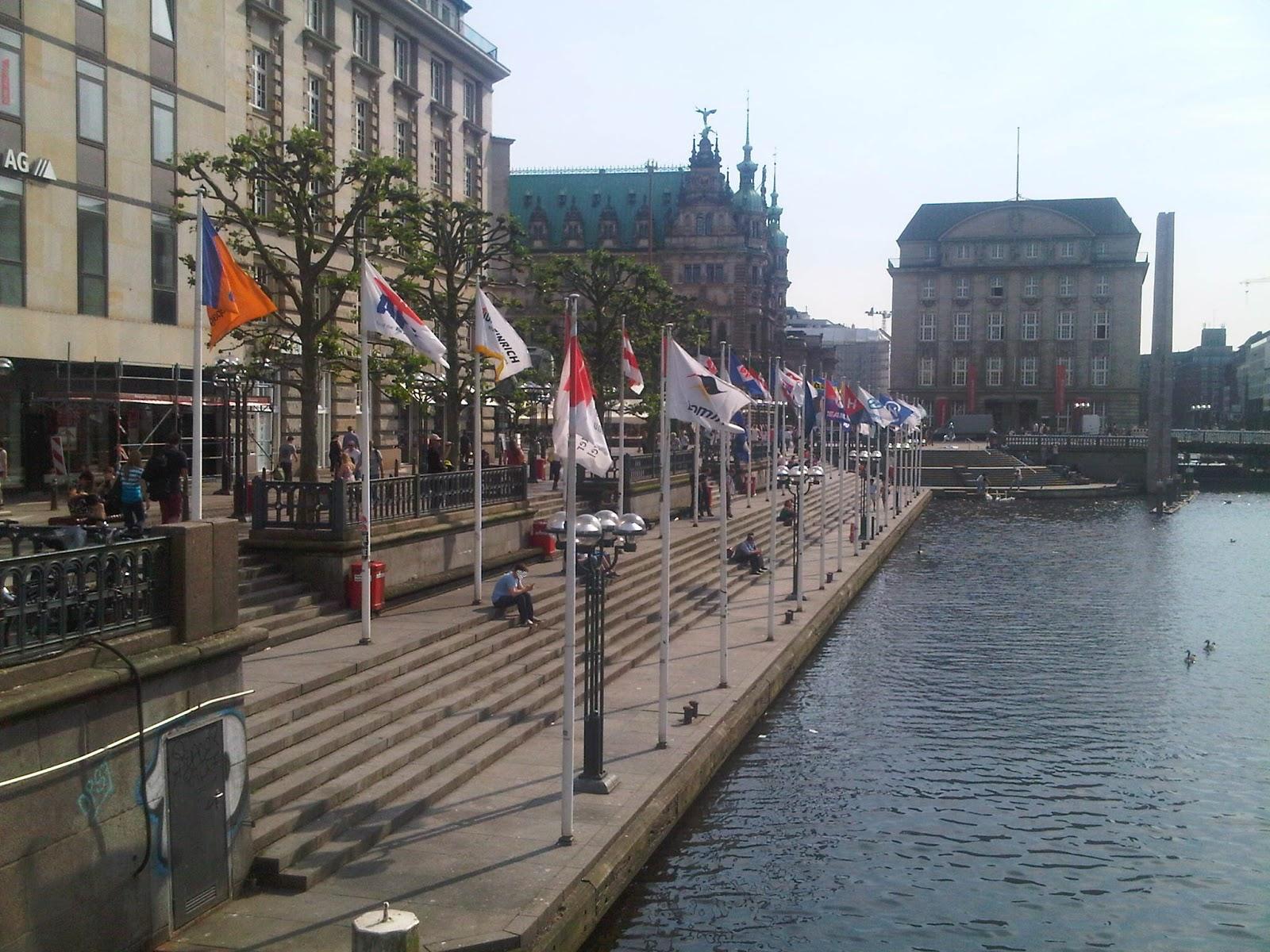 Alster vor dem Rathausplatz, im Hintergrund das Rathaus, die Treppen am Wasser der Alster.