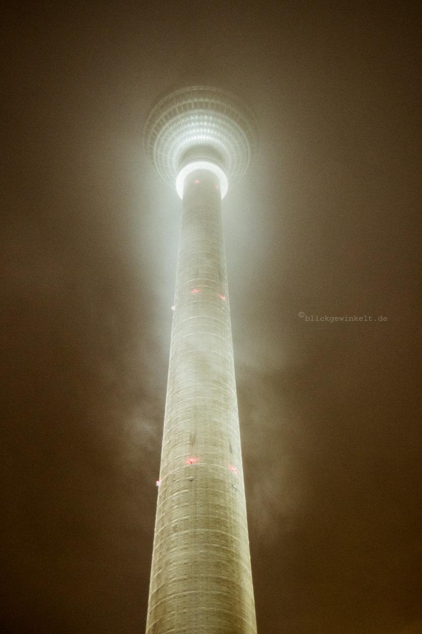 Berlin Alexanderplatz Fernsehturm bei Nacht im Nebel