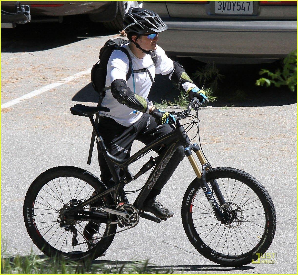 http://2.bp.blogspot.com/-Mz2fe-tMbSw/TZahpYkU27I/AAAAAAAAfH4/3EUWFvGIYcY/s1600/Orlando+Bloom+Bikes+with+a+friend2.jpg