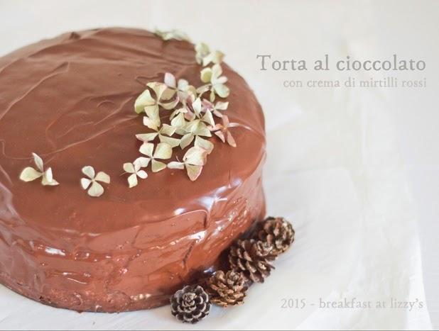 torta al cioccolato e mandorle con crema ai mirtilli rossi