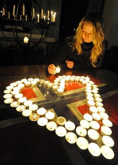 Caria Naess ved en mindehøjtidelighed i Sydney, med hjerte af fyrfadslys arrangeret over Norsk flag