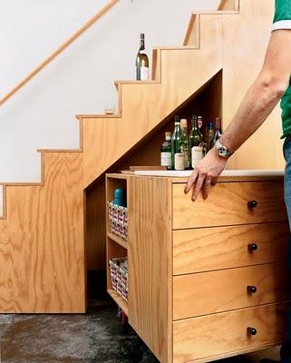 el espacio inferior del lavadero o el de al lado de la estufa por no hablar del stano bajo de la escalera donde tambin se pueden poner armarios