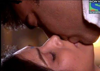 See Hot Kissing Scene Of Sakshi Tanwar's And Ram Kapoor , Of Bade Achhe Lagte Hain