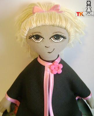 В отличие от интерьерных кукол тильд, Ксюша - это игровая кукла.  Из её волос можно делать разные причёски.