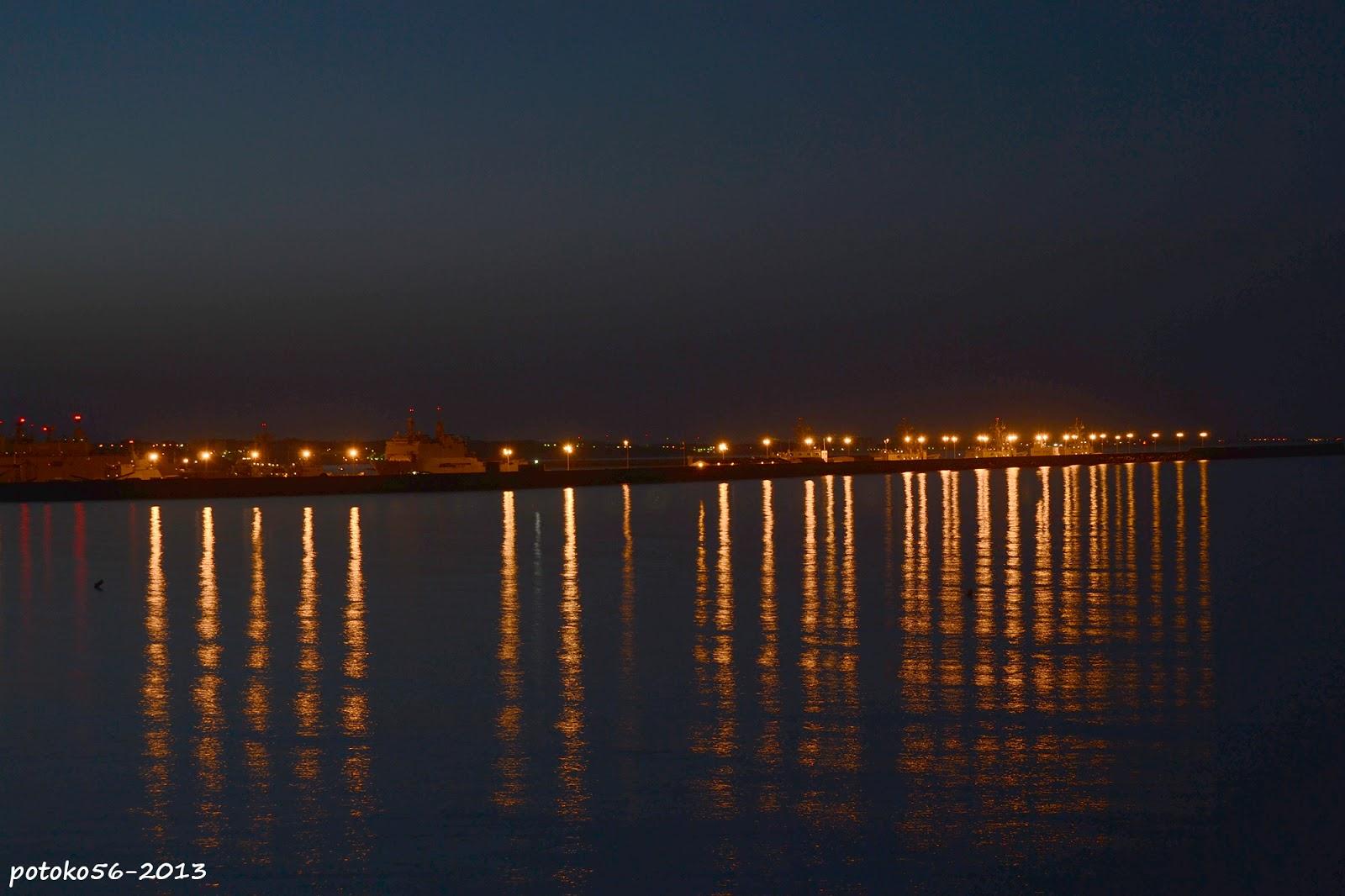 Muelle de la Base Naval y reflejos de luces Rota