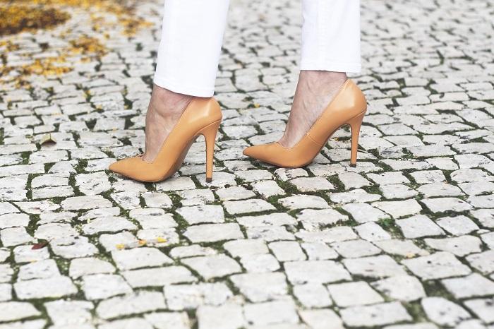 Os Looks de Outono pedem não somente cores escuras, mas também os tons nude/tom de pele. Transmitem elegância, sofisticação e... Look do dia/Outfit. Tendências Outono/Inverno 2015 2016. White ripped jeans, nude sweater, pumps. Aldo carteira. Branco . Dicas de moda e imagem. Style Statement. Blog de moda portugal.