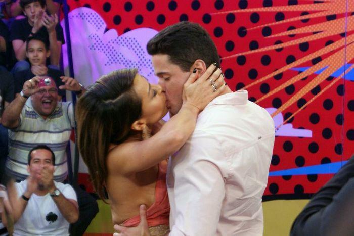 """Sabrina Sato beija o médico Dener na final do reality show """"Eu Preciso de Um Companheiro"""" . Foto: Matheus Maderal/Band"""