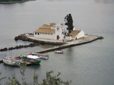 Corfù, la piccola isola monastero di Vlacherna, considerato il simbolo di Corfù ed uno dei più famosi della Grecia