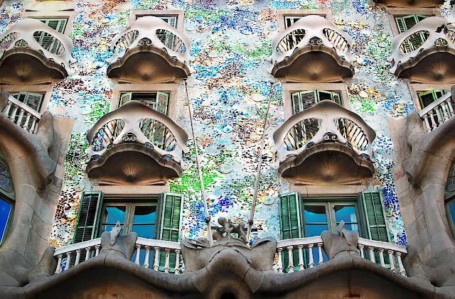 مبنى كازا باتلو في برشلونة جماجم و عظام