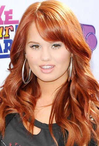Disney Channel Film Oyuncusu Debby Ryan kızıl saçları ile bir bomba gibi görünürken uzun ve dalgalı saçları ile de harikalar yaratıyor.