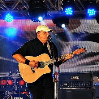 Dalto tocando violão na Festa Nacional da Música de 2015.