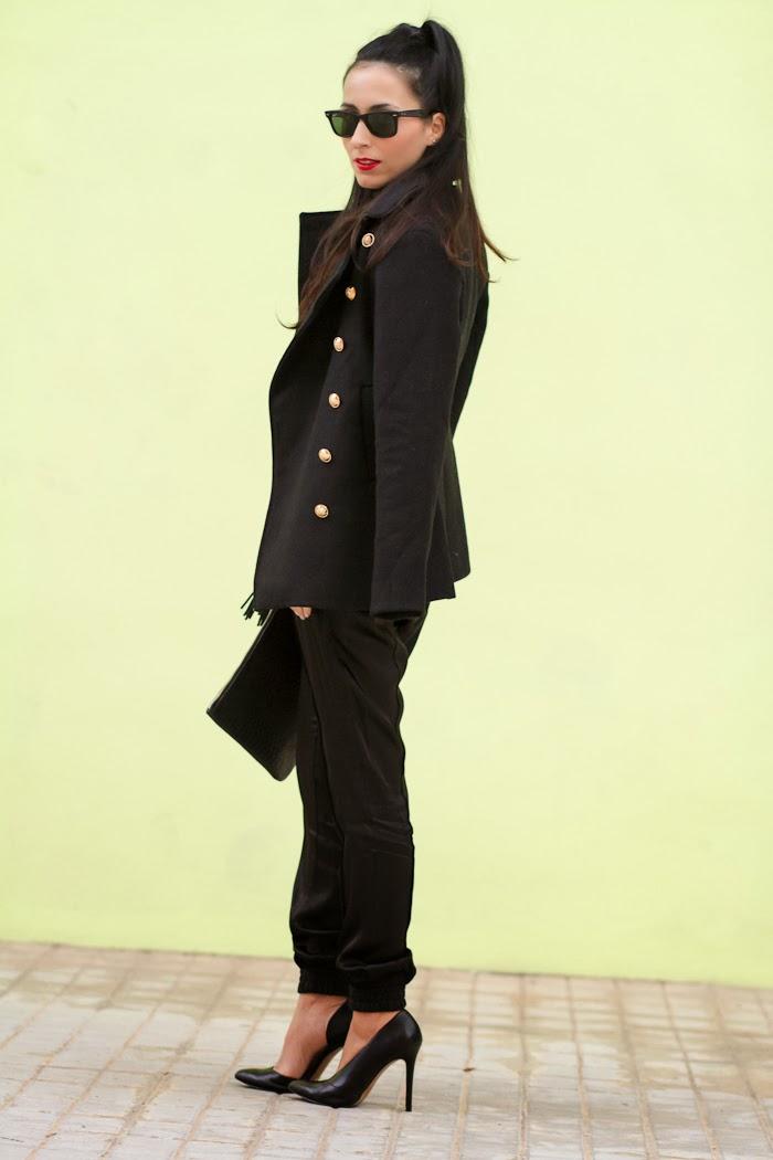 Streetstyle con abrigo militar, pantalones cómodos y zapatos asimétricos de Zara