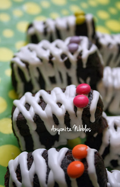 Halloween Mummy Brownies with candy eyes an marshamllow icing from www.anyonita-nibbles.com