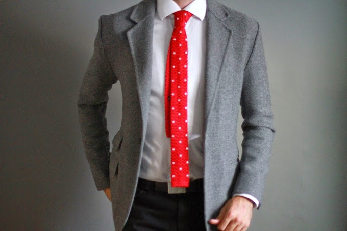 Cómo combinar una corbata roja